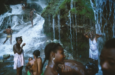 med_alex-webb_sautd-eau-haiti_1987-jpg