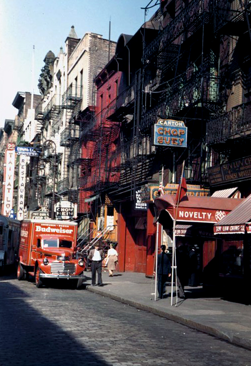 Street-in-New-Yorks-Chinatown-1942