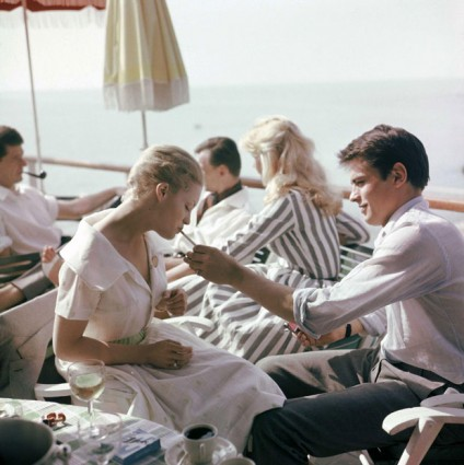 1962-Alain-Delon-offers-Romy-Schneider-a-cigarette-424x425