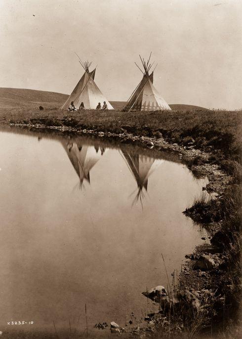 Piegan tepees. 1910.jpg